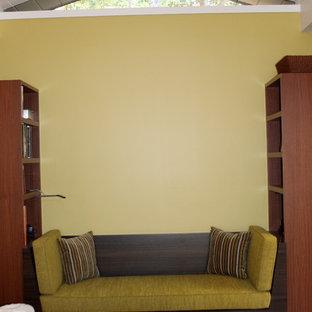 Modelo de dormitorio moderno con chimenea lineal y marco de chimenea de yeso