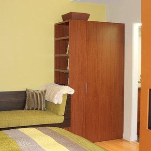 Modelo de dormitorio principal, minimalista, con chimenea lineal y marco de chimenea de yeso