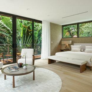 Imagen de dormitorio principal, actual, de tamaño medio, con paredes marrones, suelo de madera clara y suelo beige