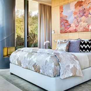 Неиссякаемый источник вдохновения для домашнего уюта: хозяйская спальня среднего размера в стиле модернизм с белыми стенами, полом из известняка, фасадом камина из металла и печью-буржуйкой