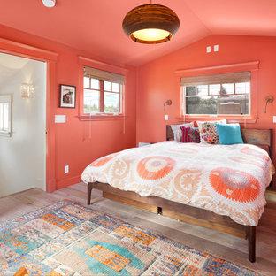 Modelo de habitación de invitados ecléctica, de tamaño medio, sin chimenea, con parades naranjas, suelo de madera clara y suelo beige