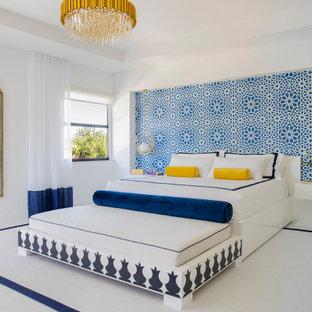 Ispirazione per una grande camera matrimoniale moderna con pareti bianche, pavimento in marmo, camino sospeso, cornice del camino in legno e pavimento bianco