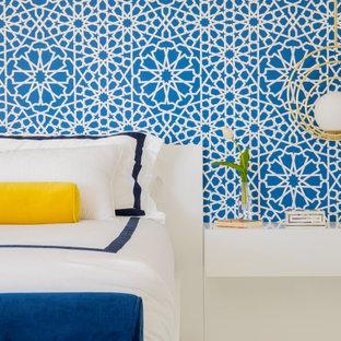 Ejemplo de dormitorio principal, moderno, grande, con paredes blancas, suelo de mármol, chimeneas suspendidas, marco de chimenea de madera y suelo blanco