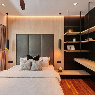 シンガポールのコンテンポラリースタイルのおしゃれな寝室 (黒い壁、無垢フローリング、茶色い床) のレイアウト