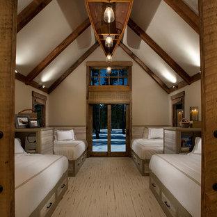 На фото: большая гостевая спальня в стиле рустика с бежевыми стенами, деревянным полом и бежевым полом без камина с