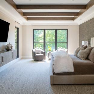 Idées déco pour une chambre avec moquette classique avec un mur gris, aucune cheminée, un sol gris, un plafond en poutres apparentes, un plafond décaissé et du papier peint.