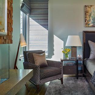 Foto de dormitorio principal, contemporáneo, grande, con paredes azules, suelo de madera oscura, chimeneas suspendidas y marco de chimenea de madera