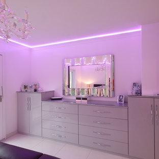 Diseño de habitación de invitados moderna, de tamaño medio, con paredes blancas, suelo de baldosas de porcelana y suelo blanco