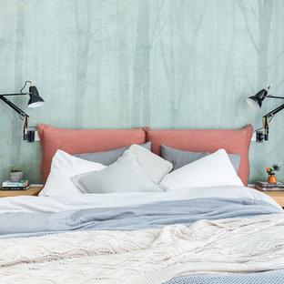 Inspiration pour une chambre traditionnelle avec un mur vert.