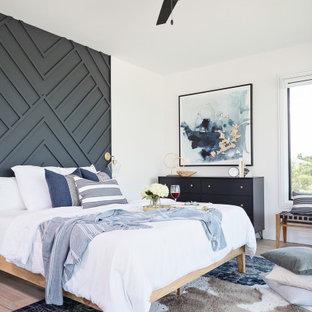 Großes Klassisches Hauptschlafzimmer mit weißer Wandfarbe, hellem Holzboden und beigem Boden in Tampa
