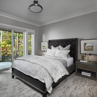 デトロイトのトランジショナルスタイルのおしゃれな寝室 (グレーの壁、カーペット敷き、ベージュの床) のレイアウト