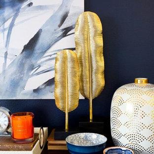 Mittelgroßes Modernes Hauptschlafzimmer ohne Kamin mit blauer Wandfarbe und Vinylboden in Los Angeles