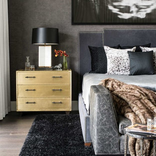 Стильный дизайн: большая хозяйская спальня в стиле модернизм с серыми стенами и паркетным полом среднего тона - последний тренд