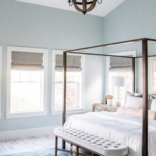 Ejemplo de dormitorio principal, campestre, grande, con paredes verdes y suelo de madera pintada