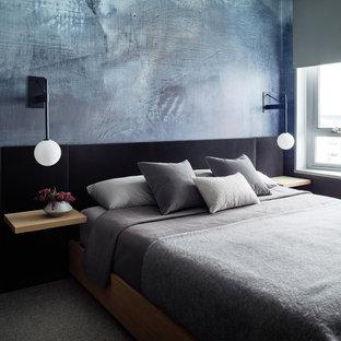 Ispirazione per una camera matrimoniale design con pareti blu, moquette e pavimento grigio
