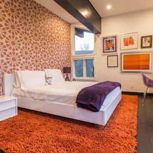 Immagine di una camera degli ospiti design di medie dimensioni con pareti arancioni, parquet scuro e nessun camino