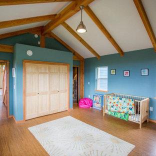Diseño de habitación de invitados madera, de estilo de casa de campo, grande, con paredes azules, suelo de bambú, suelo marrón y madera