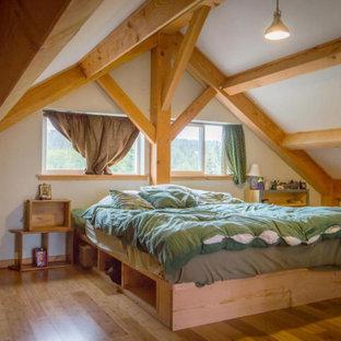Diseño de dormitorio principal, madera y madera, campestre, grande, madera, con paredes blancas, suelo de bambú, suelo marrón y madera