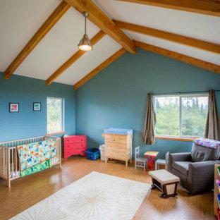 Ejemplo de habitación de invitados madera, campestre, grande, con paredes azules, suelo de bambú, suelo marrón y madera