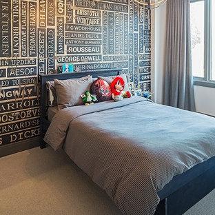 Idee per una camera degli ospiti minimal di medie dimensioni con pareti nere, moquette, nessun camino e pavimento beige