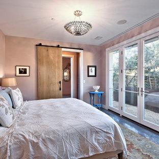 Idéer för små lantliga huvudsovrum, med lila väggar och betonggolv