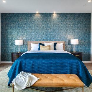 Ejemplo de dormitorio principal, minimalista, grande, sin chimenea, con paredes grises, suelo de madera en tonos medios y suelo marrón