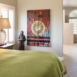 Inspiration för mellanstora asiatiska huvudsovrum, med gröna väggar och klinkergolv i porslin