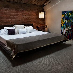Idéer för att renovera ett industriellt sovloft, med vita väggar och heltäckningsmatta