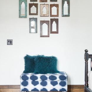 Exemple d'une grande chambre d'amis éclectique avec un mur blanc, un sol en bois foncé, aucune cheminée et un sol marron.