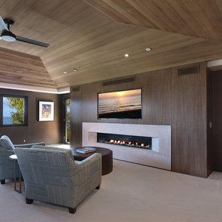 Mittelgroßes Modernes Hauptschlafzimmer mit brauner Wandfarbe, Teppichboden, Gaskamin und Kaminumrandung aus Beton in Orange County