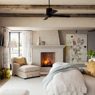 Diseño de dormitorio principal, mediterráneo, con chimenea tradicional