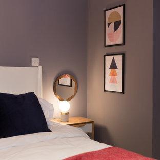 Aménagement d'une chambre scandinave de taille moyenne avec un mur violet.