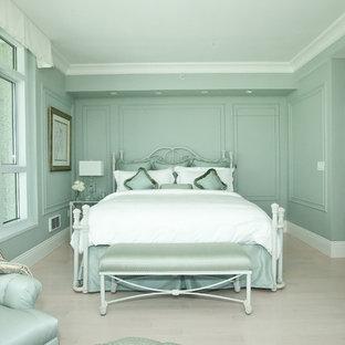 Foto di una camera matrimoniale chic di medie dimensioni con pareti verdi, parquet chiaro, nessun camino e pavimento grigio