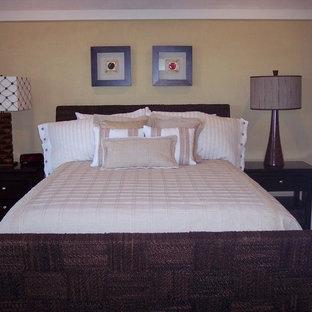 Foto de habitación de invitados costera, pequeña, con paredes amarillas y suelo de madera oscura