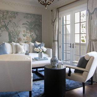 Inspiration pour une petit chambre parentale asiatique avec un mur blanc, un sol en bois foncé, aucune cheminée et un sol marron.