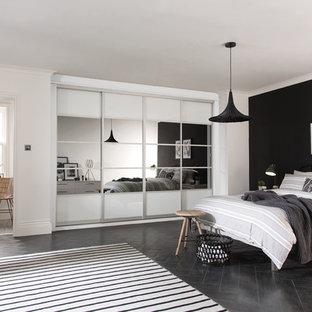 Ispirazione per una camera degli ospiti minimal di medie dimensioni con pareti bianche, parquet scuro e pavimento nero