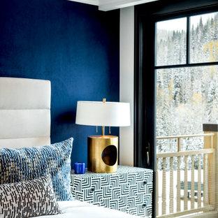 Imagen de habitación de invitados papel pintado, actual, grande, sin chimenea, con moqueta, suelo beige y papel pintado