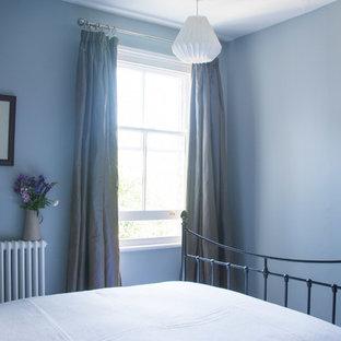 ケンブリッジシャーの小さいヴィクトリアン調のおしゃれな客用寝室 (青い壁、淡色無垢フローリング、暖炉なし、茶色い床) のインテリア