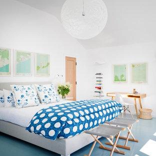 Imagen de dormitorio principal, costero, grande, sin chimenea, con paredes blancas, suelo de madera pintada y suelo azul
