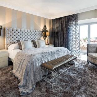 他の地域の大きいトランジショナルスタイルのおしゃれな主寝室 (暖炉なし、ベージュの壁、大理石の床) のレイアウト