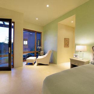 Imagen de dormitorio principal, contemporáneo, grande, sin chimenea, con paredes verdes, suelo de baldosas de porcelana y suelo beige