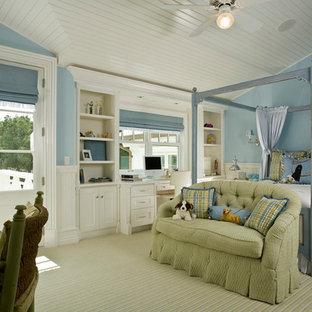 Exempel på ett klassiskt sovrum, med blå väggar, heltäckningsmatta och grönt golv