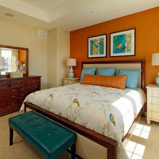 Diseño de dormitorio principal, clásico, de tamaño medio, con parades naranjas y moqueta