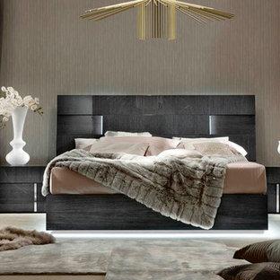 Foto de dormitorio principal, minimalista, grande, con paredes marrones