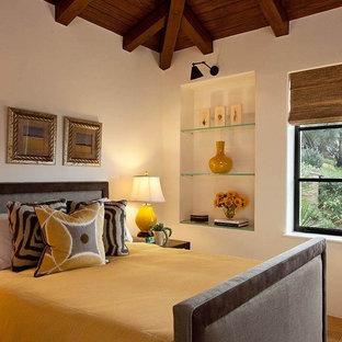 Ejemplo de habitación de invitados mediterránea, de tamaño medio, con paredes blancas y suelo de travertino