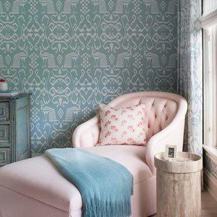 Idées déco pour une chambre bord de mer avec un mur bleu et un sol en bois clair.