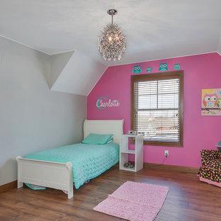 Diseño de dormitorio principal, campestre, de tamaño medio, sin chimenea, con paredes grises, suelo de madera en tonos medios y suelo marrón