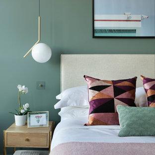 ロンドンの中サイズのコンテンポラリースタイルのおしゃれな主寝室 (緑の壁、カーペット敷き、茶色い床)