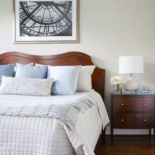 Diseño de dormitorio principal, tradicional, pequeño, con paredes grises, suelo de madera en tonos medios y suelo marrón