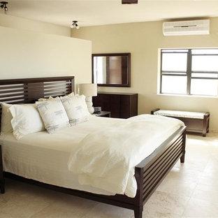 Foto de habitación de invitados marinera, de tamaño medio, con paredes beige y suelo de travertino